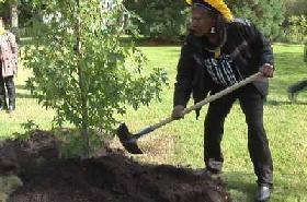 El cacique Raoni planta un árbol en el parque de un castillo de Francia