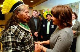 Minister Ploumen speaks to indigenous leaders about Amazonia