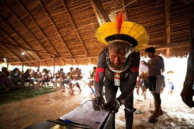 AMAZONIA, XINGÚ CALLING : A MESSAGE FROM THE KAYAPO PEOPLE TO THE BRAZILIAN GOVERNMENT AND TO ALL THE PEOPLES OF THE WORLD