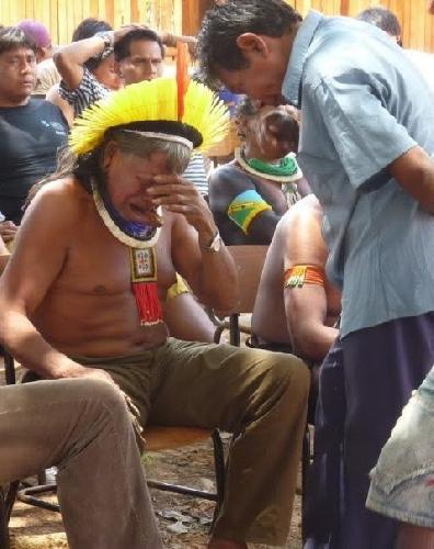Raoni lors des obsèques du grand indigéniste Olrando Villas-Bôas en 2002